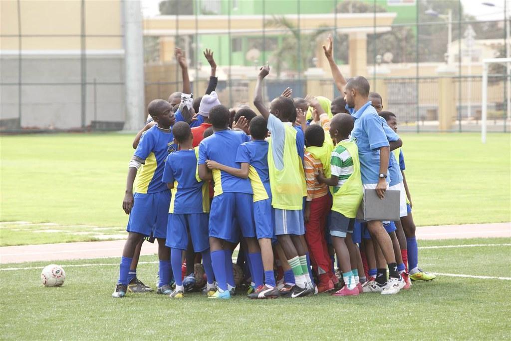 El fútbol como herramienta de transformación social. Chicos jugando a fútbol